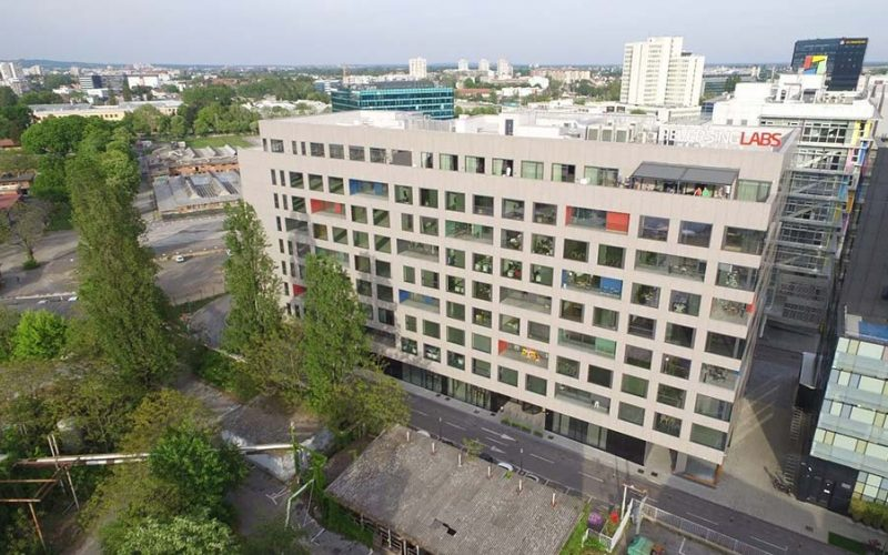 CENTAR 2000 Business Center 2000 consists of three office buildings, an underground and above-ground garage and a catering facility.