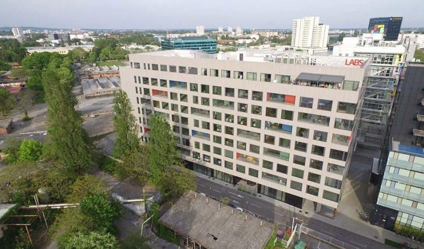 CENTAR 2000 Poslovni centar 2000 sastoji se od tri uredske zgrade, podzemne i nadzemne garaže te ugostiteljskog objekta.
