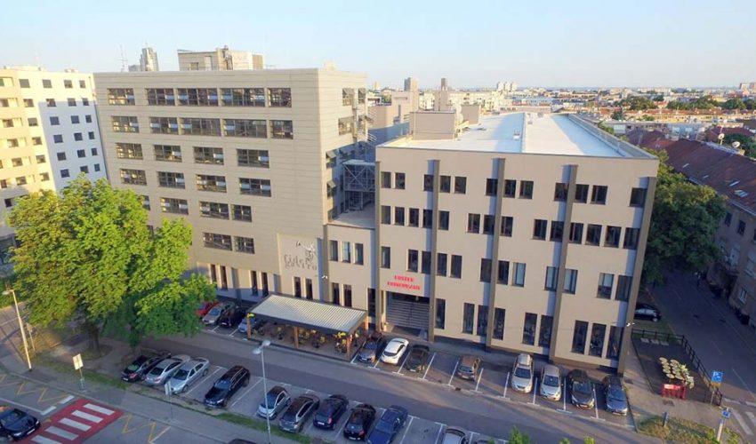 FABRIKA PLUS Moderna poslovna zgrada industrijskog uređenja, smještena unutar zone šireg centra grada.